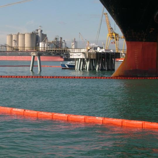 Oliekeerscherm met vlakke drijvers - Protecta Solutions
